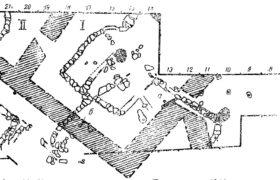 Рис. 32. Китайский дом бл. Абакана. План раскопа 1941 г. 1 — Глинобитые степы; 2 — каналы отопления; 3 — участки сильно с божя епного глиняного пола; 4 - деревянные столбы на каменном основании. 5 — деревянные столбы, а, б - места находок дверных ручек в виде масок. Буквенные и цифровые обозначения по краю раскопа указывают №№ раскопочпых квадратов. 1. II — помещений.