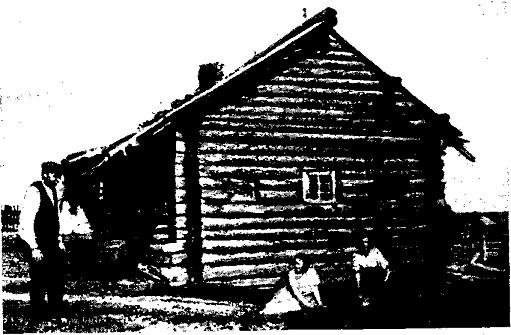 Старинная карельская изба в Ухте: среднее окно косящатое, боковые-волоковые (фото 1926 г.)