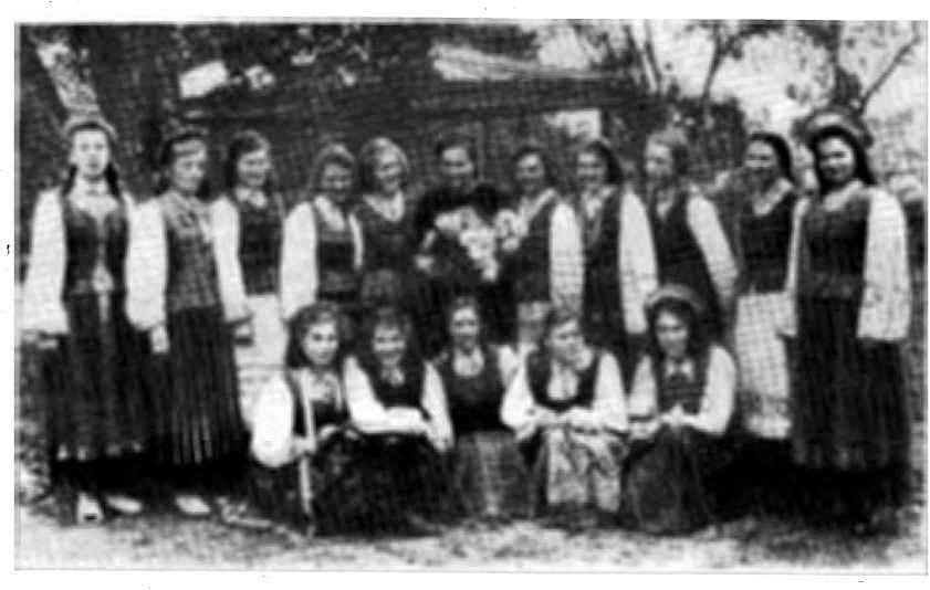 Группа девушек—учениц средней школы в национальных костюмах (г. Кельме, Литовской ССР)