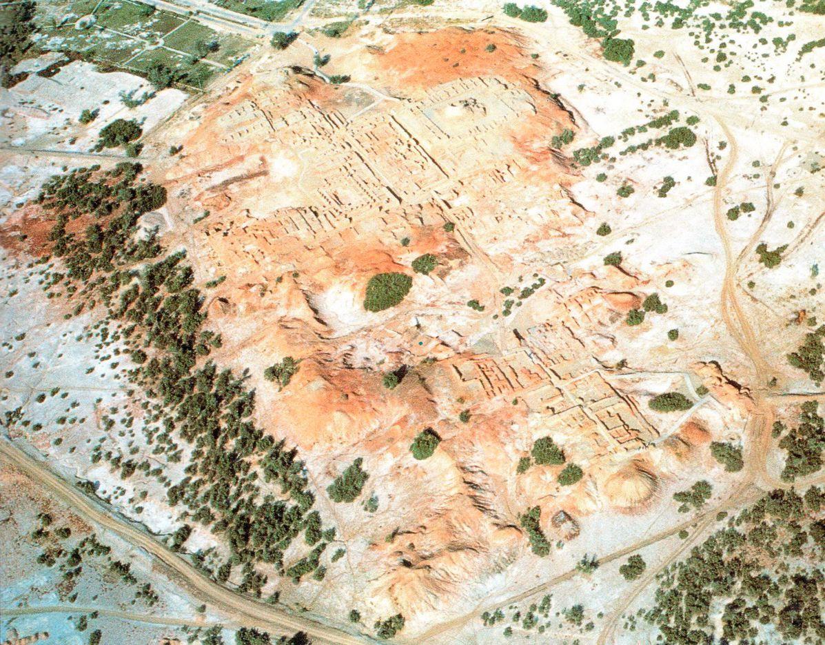 Площадь древнего Мохенджо-Даро настолько велика (более 2,5км2), что раскопки производились лишь на части его территории. На этом снимке можно видеть раскопанные участки и нераскопанные курганы.
