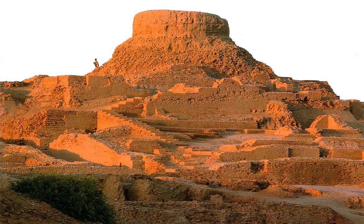Цитадель, более высокий из двух громадных холмов Мохенджо-Даро. Он назван так потому, что его покрывают остатки монументальных сооружений. Во II в. н.э. на вершине Цитадели был построен буддийский храм.
