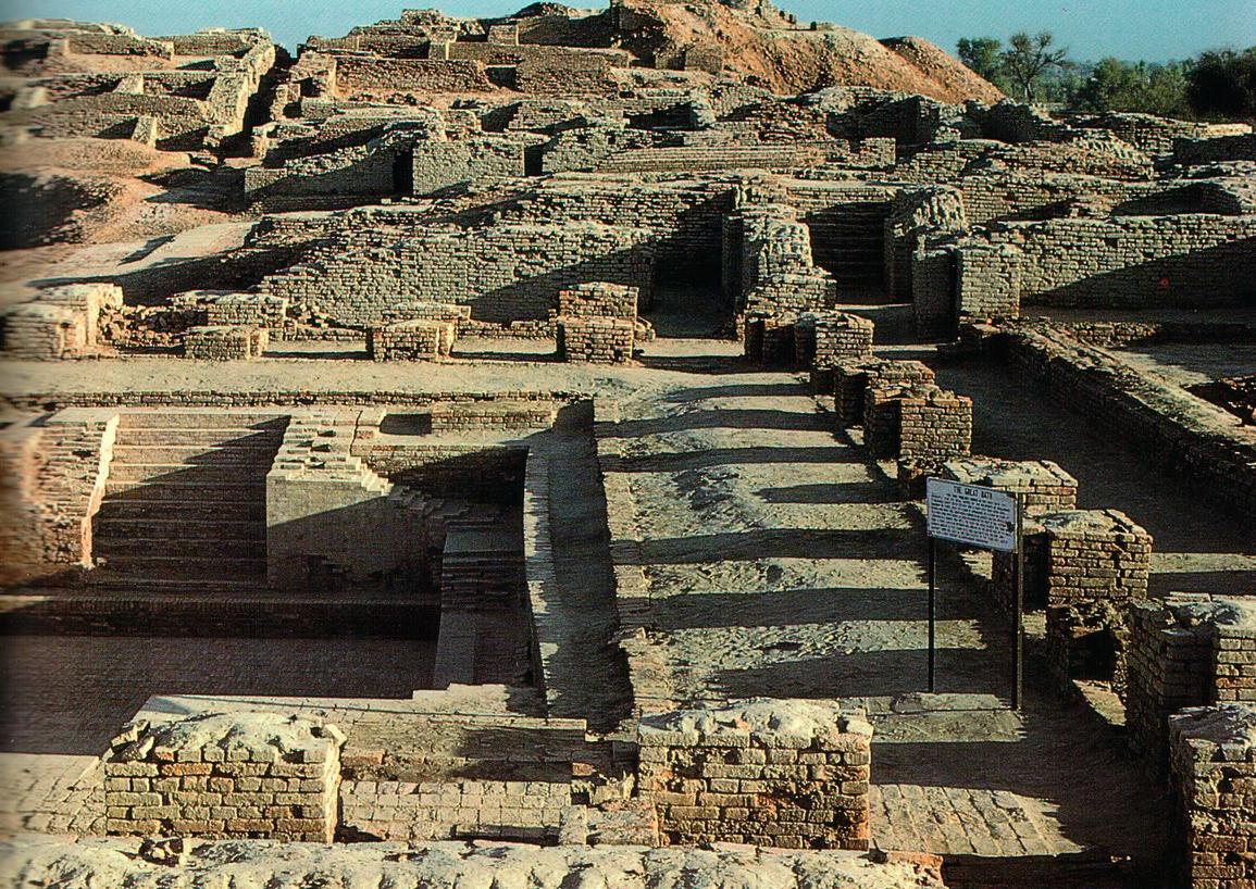 Большая баня, одно из наиболее внушительных сооружений Цитадели. Археологи до сих пор не знают точно, для чего она была предназначена. Некоторые считают, что ее использовали для ритуальных омовений — возможно, перед богослужением в храме. Этой традиции следовали и в более поздних религиях Индии.