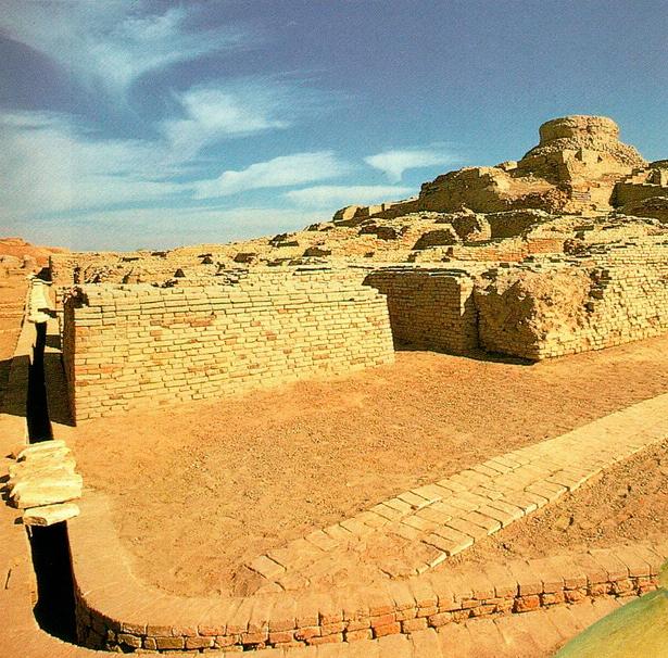 В городах цивилизации долины Инда имелись очень сложные системы стока воды. Кирпичные водостоки в домах соединялись с уличными стоками, которые были накрыты большими каменными плитами или кирпичами.