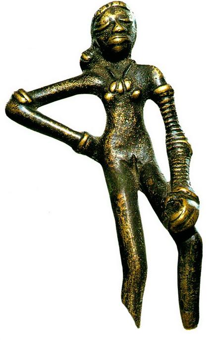 Эта бронзовая танцовщица — одно из самых знаменитых изделий, обнаруженных в Мохенджо-Даро.