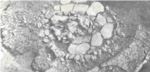 Погребение натуфийской культуры в Эйнане, принадлежащее вождю IX тысячелетия до н. э. Помещение с обмазанным глиной и окрашенным в красный цвет парапетом после размещения покойного было заложено камнями и на них сложен очаг. Возможно, первоначально сооружение служило домом вождю, затем в нем похороненному.