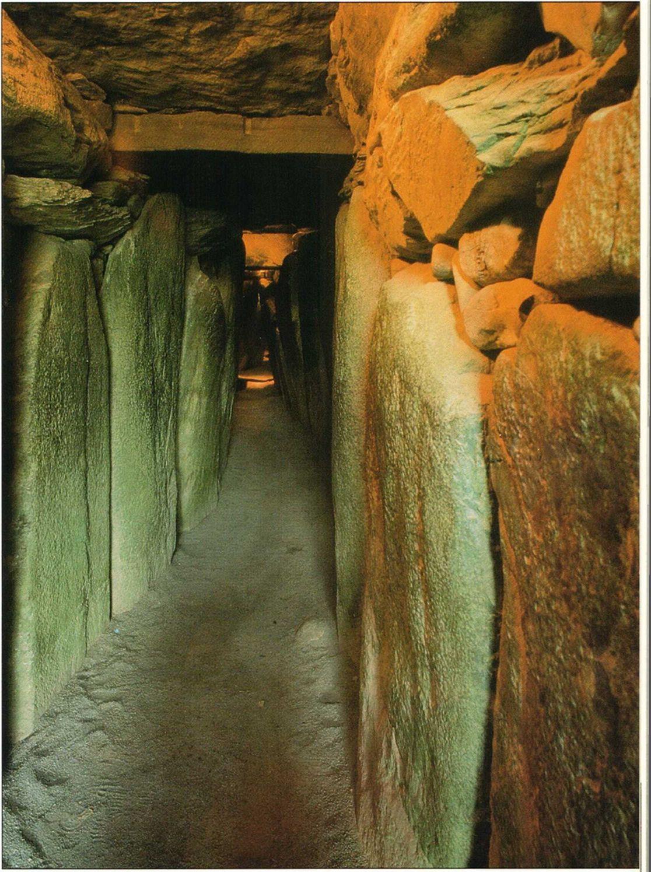 Так выглядит изнутри коридор гигантского мегалитического памятника в Нью-Грейндже (Ирландия). Этот коридор выложен огромными вертикальными камнями, так называемыми ортостатами; на некоторых из них вырезаны рисунки. Ведет он в помещение, имеющее форму креста. Нью-Грейндж относят приблизительно к 3100 г. до н.э.