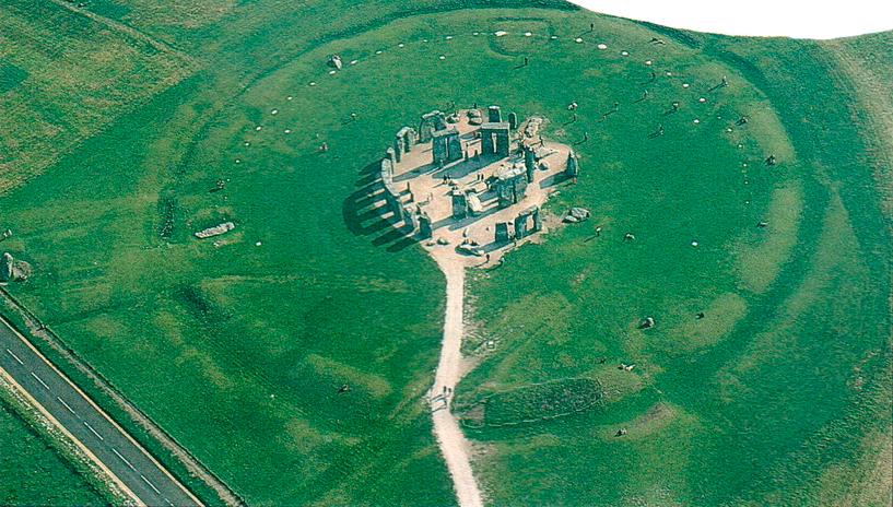 V На этом снимке Стоунхенджа, сделанном сверху, совершенно четко видна его структура. Аллея, пересеченная современной дорогой, тянется от «Эшафота» у входа, мимо Пяточного камня и уходит вдаль.