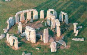 Нетрудно представить себе, как выглядели когда то кольцо сарсенов и подковообразная линия трилитов Стоунхенджа. А вот от меньшего по размеру кольца голубых камней осталось совсем немного.