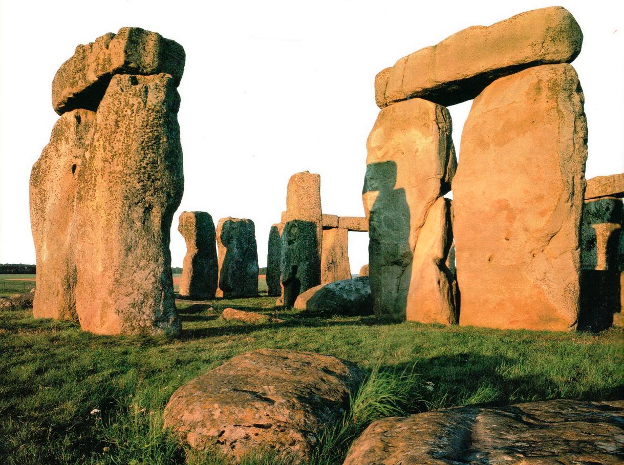 Тысячелетняя эрозия, вызванная погодными факторами, разрушила камни Стоунхенджа. Но выступающая часть c левой стороны перемычки, предназначенная для соединения со следующим блоком, хорошо видна до сих пор.