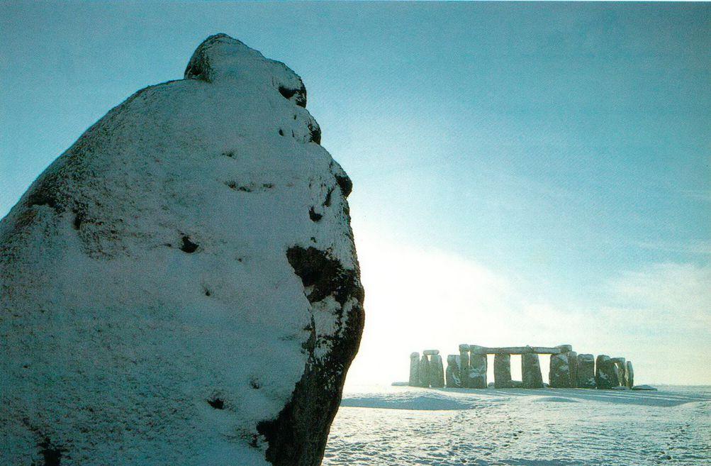 Пяточный камень охраняет вход в Стоунхендж. Этот снимок был сделан а середине зимы, но Стоунхендж производит впечатление в любое время года. Насколько же более грандиозным казался он тем, кто смотрел на него 3500 лет назад, когда монумент был уже завершен и все камни еще находились на своих местах. Не трудно представить себе процессию, возглавляемую, возможно, жрецом или жрицей, медленно вливающуюся в Стоунхендж через входной проем, чтобы приступить к совершению ритуала, посвященного зимнему солнцестоянию.