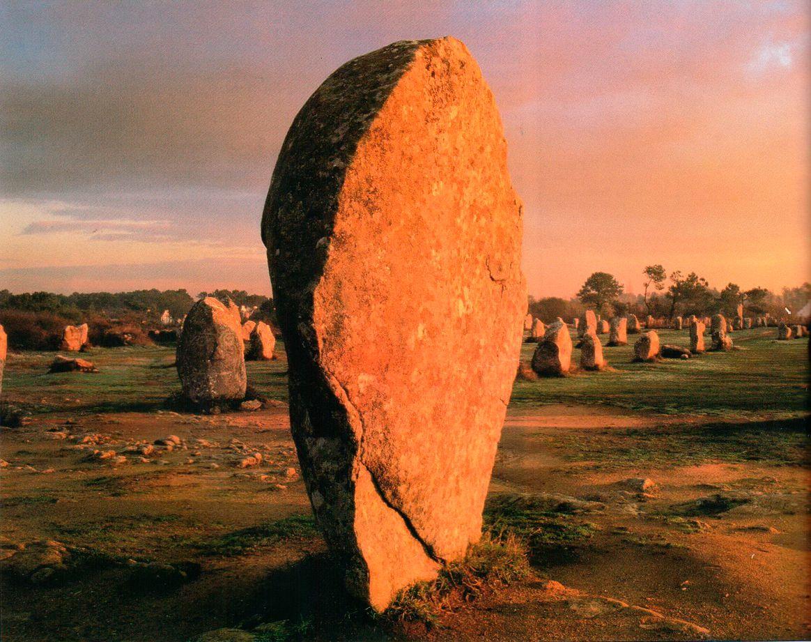 Карнак в Бретани (Франция) — место, где расположено множество мегалитических памятников. В Ле-Менеке имеется 11 параллельных линий камней длиной более 1 км. Этот памятник относится к середине третьего тысячелетия до новой эры. Археологи не знают точно, для чего были воздвигнуты эти камни, но полагают, что их использовали для важных ритуальных целей.
