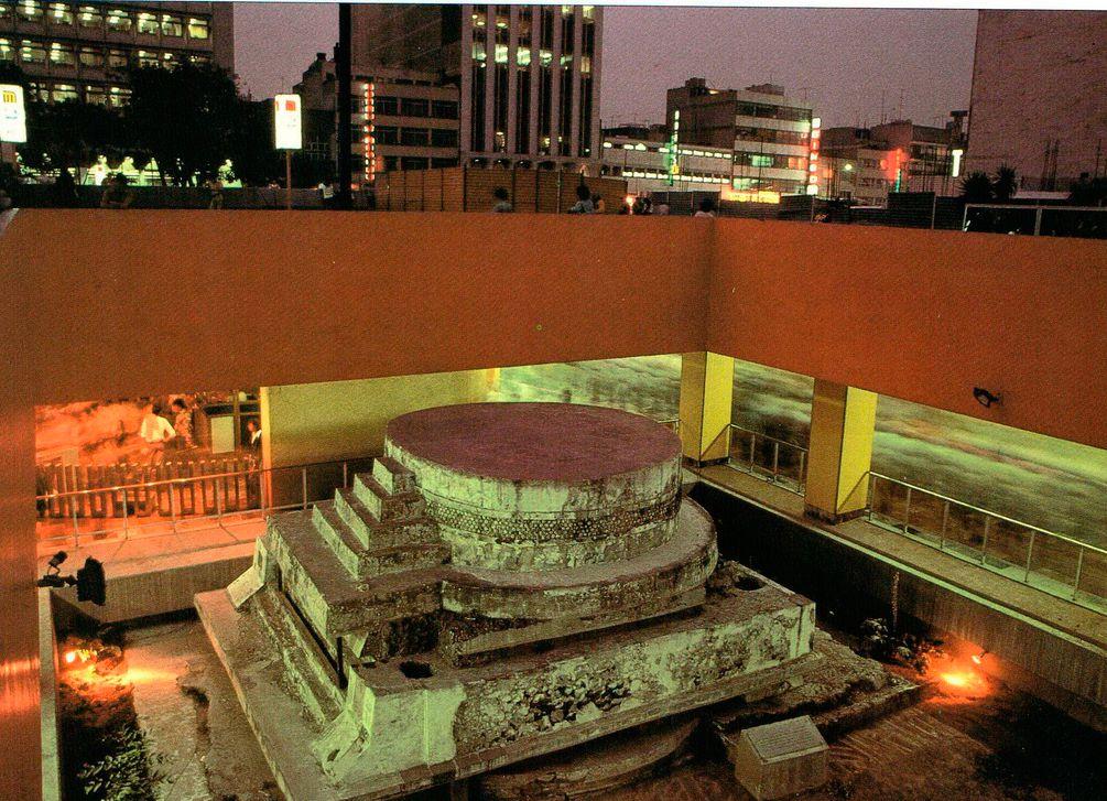 Современный город Мехико расположен поверх Теночтитлана. Отдельные части великого города ацтеков были обнаружены в результате строительных работ, проводившихся в течение последних 203 лет, особенно во время строительства метрополитена в 1960-х гг. Вот этот храм Эекатля-Кецалькоатля обнаружили в 1967 г., когда строили станцию метро «Пино Суарес».