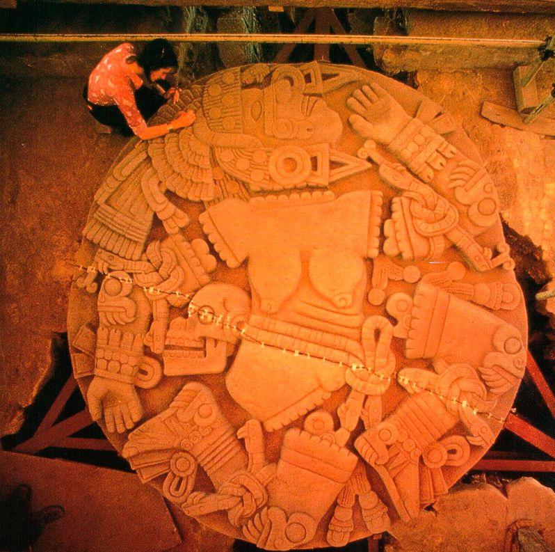 При прокладке линии электрокабеля в 1978 г. была обнаружена огромная каменная богиня Койолыиауки, что привело к открытию Великого храма ацтеков.