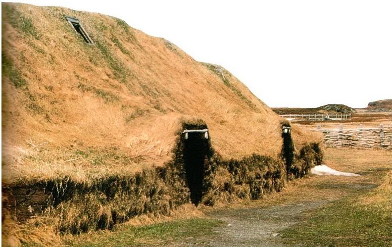 Реконструкция одного из домов викингов в Анс-о-Мидоуз. Эти дома были сделаны из бревен и покрыты снаружи торфом (землей и травой). Сохранились только нижние слои торфа, их и нашли при раскопках, но вдоль внутренней стороны стен были обнаружены также отпечатки рухнувшей торфяной крыши.