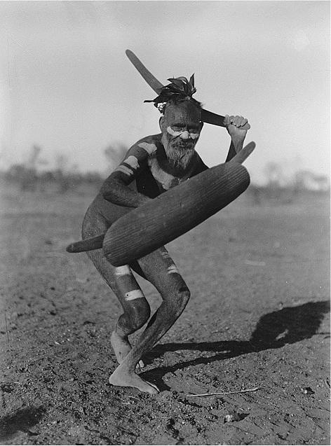 Мужчина племени луритья показывает атаку со щитом и бумерангом. Фото Г. Базедова, 1920 год