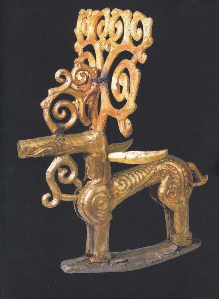 Деревянные двухплоскостные скульптуры оленей. IV век до н. э. Золото, серебро, бронза, дерево. Высота фигур 49—51 см, длина 39—41 см, ширина рогов 29—30 см. Филипповский курганный могильник. Курган 1. МАЭ УНЦ РАН. Инв. № 831/1213, 1219, 1221