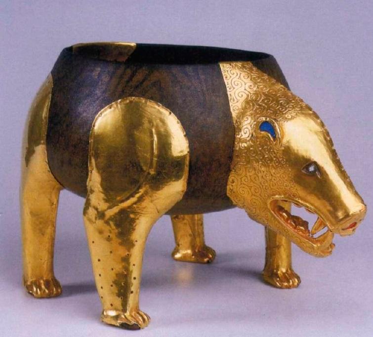 Деревянный сосуд в виде фигуры медведя, украшенный шестью оковками. IV век до н. э. Золото, смальта. Оковка в виде головы медведя: 17,2 х 9,8 см. Оковки в виде лап медведя: высота от 16,8 до 18,3 см, ширина в основании — 7,5—10 см Оковка в виде хвоста: 8,9 х 7,5 см. Филипповский курганный могильник. Курган 1. МАЭ УНЦ РАН. Инв. № 831/1—6