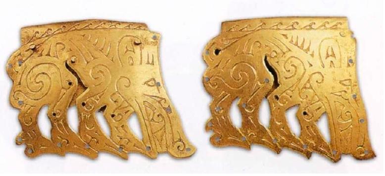 Оковки закраины деревянного сосуда. IV век до н. э. Золото. 7,3 х 5,5 см; 7,1 х 5,8 см. Филипповский курганный могильник. Курган 1. МАЭ УНЦ РАН. Инв. № 831/228, 229