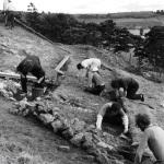 Археологи работают на заваленном камнями склоне холма на известном памятнике Камелота, дворца короля Артура в Кэдбюри на юго-западе Англии