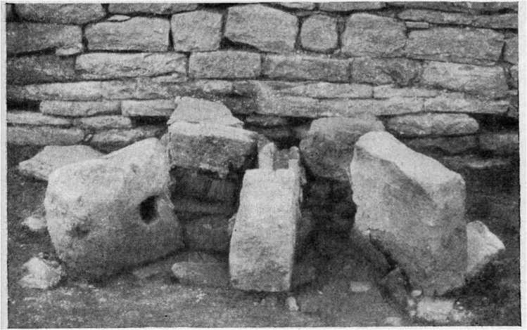 Рис. 33. Нижне-Архызское городище. Остатки железоплавильного горна