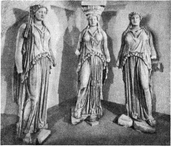 Рис. 1. Статуи кариатид из виллы Адриана