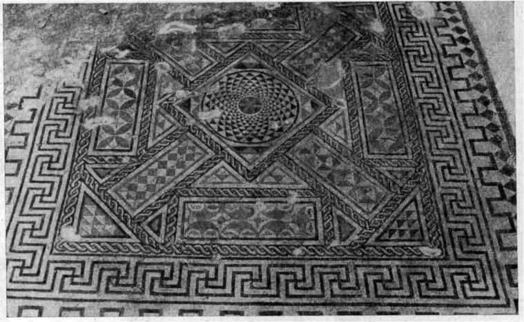 Рис. 28. Пол комнаты с орнаментальной мозаикой.