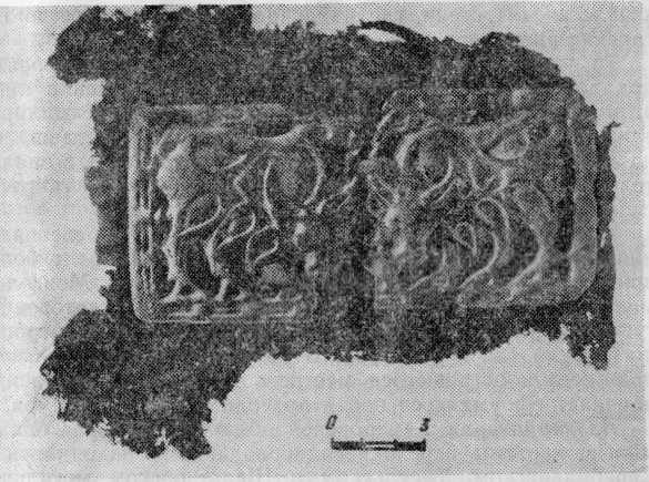 Бронзовая бляшка с изображением быков и остатки шерстяной ткани из курганов у с. Утинка