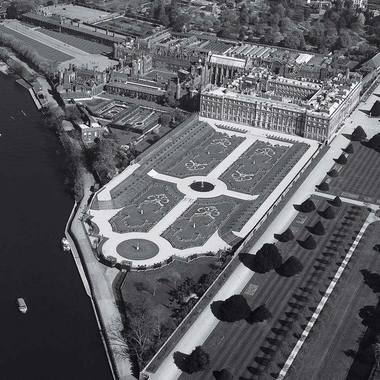 Результат археологических раскопок: сад короля Генриха VIII в Хэмптон Корт в Англии был восстановлен после археологических раскопок Брайна Дикса. Археологи определили местоположение и формы клумб и других элементов сада