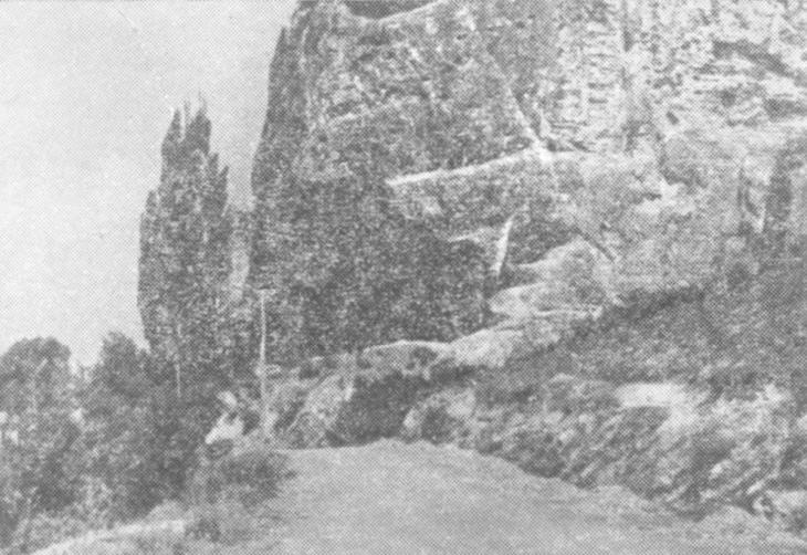 Рис. 10. Мезолитическая стоянка, грот Таш-Аир, Крым. (Фото А. А. Формозова)