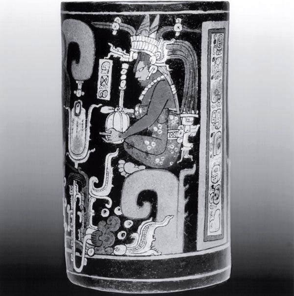 Знатная женщина майя, одетая как королева в дорогие наряды, с короной для кровопускания
