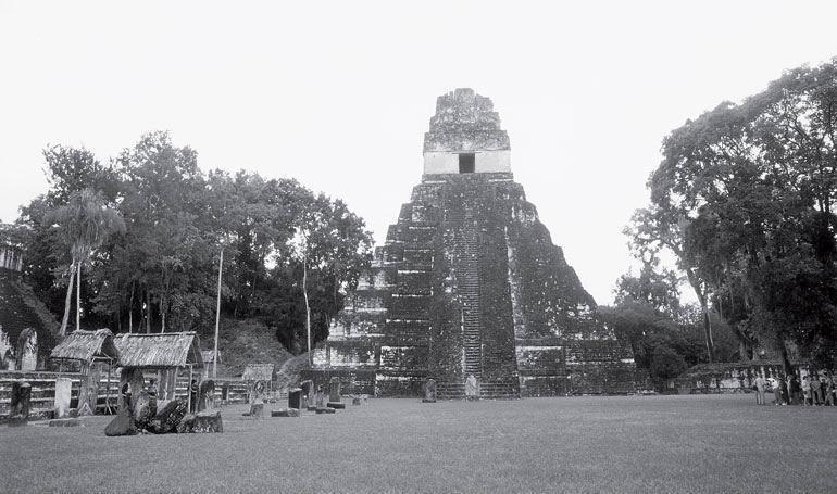 Рис. 15.2. Храм 1 в Тикале, Гватемала, датируемый 700 годом н. э., является каменной копией священной горы
