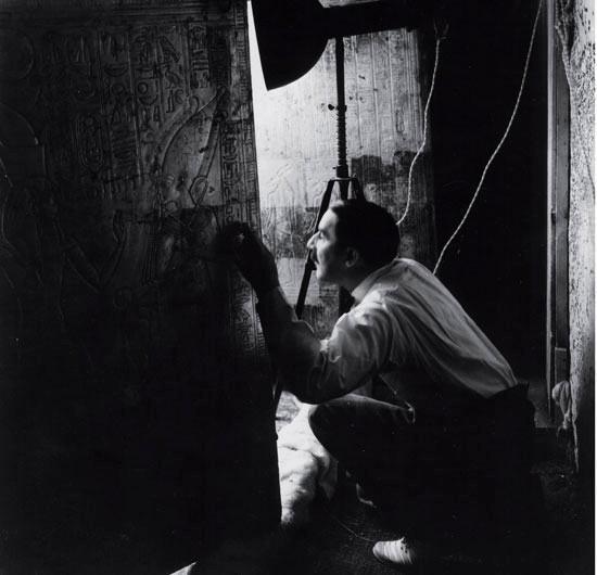 Археолог Говард Картер заглядывает в двери одной из золотых усыпальниц Тутанхамона, которые никто не тревожил в течение более 3000 лет (фото египетской экспедиции, Музей искусств Метрополитен)