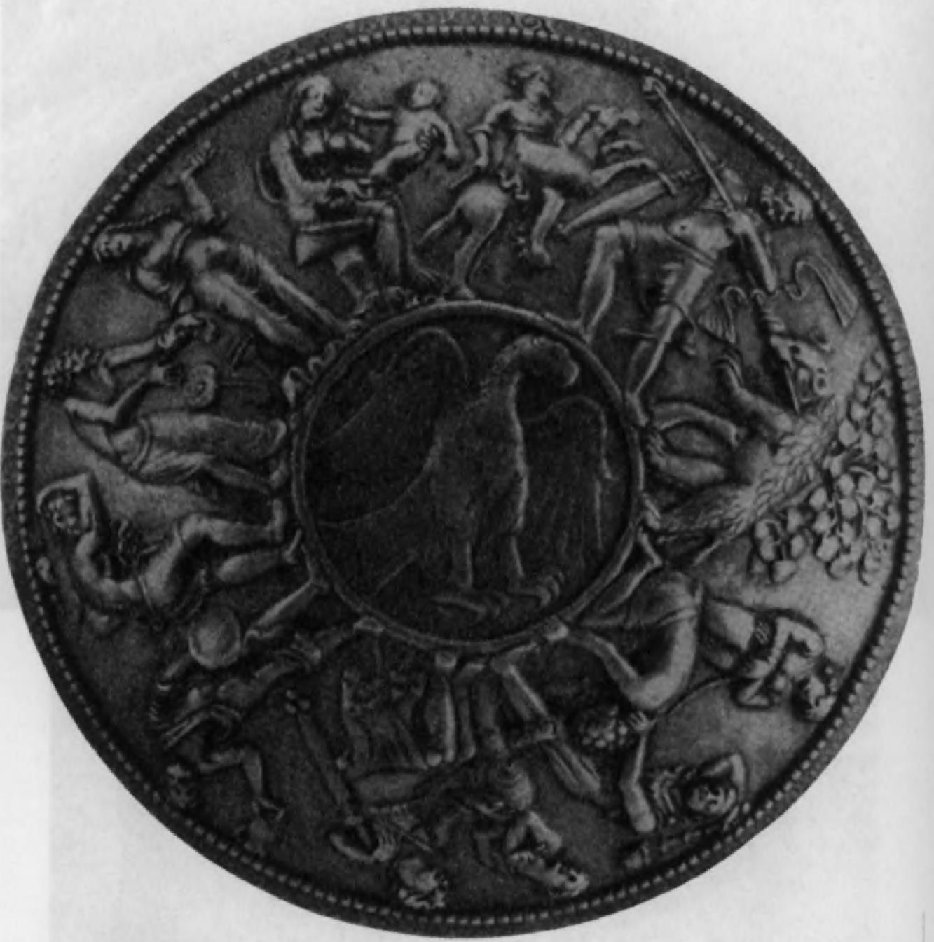 112.Бактрийское (?) блюдо из серебряного сплава (вес 867 г) с изображением геральдического орла.