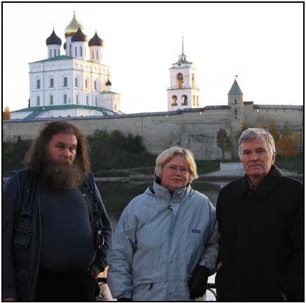 Рис. 13. С Н. В. Хвощинской и П. П. Толочко. Псков. Фото 2004 г. Fig. 13. With N. V. Khvoshchinskaya and P. P. Tolochko. Pskov. Photo 2004.