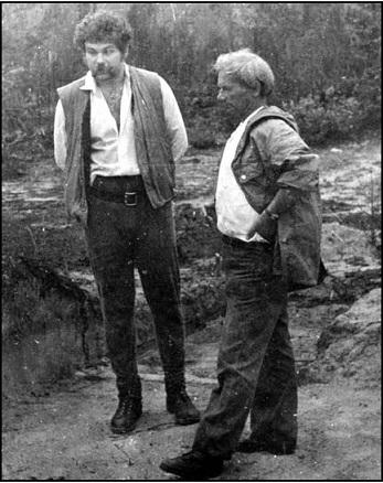 Рис. 6. С В. В. Седовым на раскопках кургана у д. Лезги. Фото 1977 г Fig. 6. With V. V. Sedov at the excavation of a barrow near Lezga village. Photo 1977.
