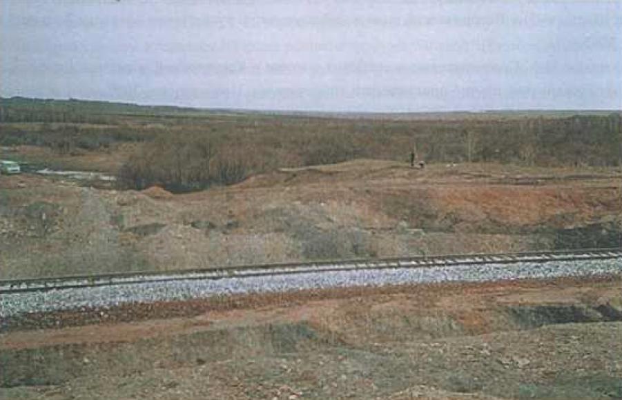 Рис. 3. Поселение Усть-Уроп-1 после частичного разрушения. Фото Ю.В. Ширина. 2000 г.