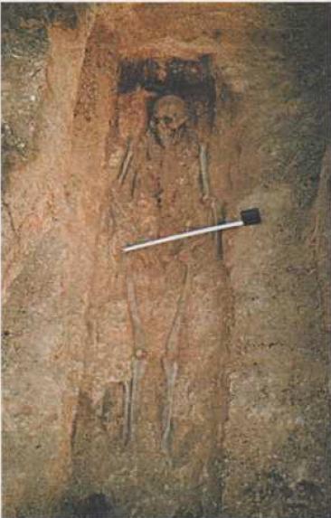 Рис. 4. Грунтовый могильник Каралда-1. Погребение XIX в. Фото Ю. В. Ширина. 1998 г.