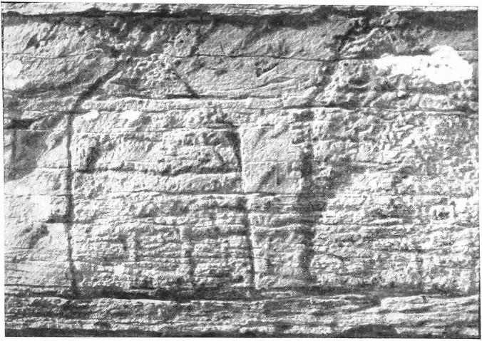 Рис. 9. Большая Боярская писаница. Изображение бревенчатых жилищ в правой части нижнего яруса