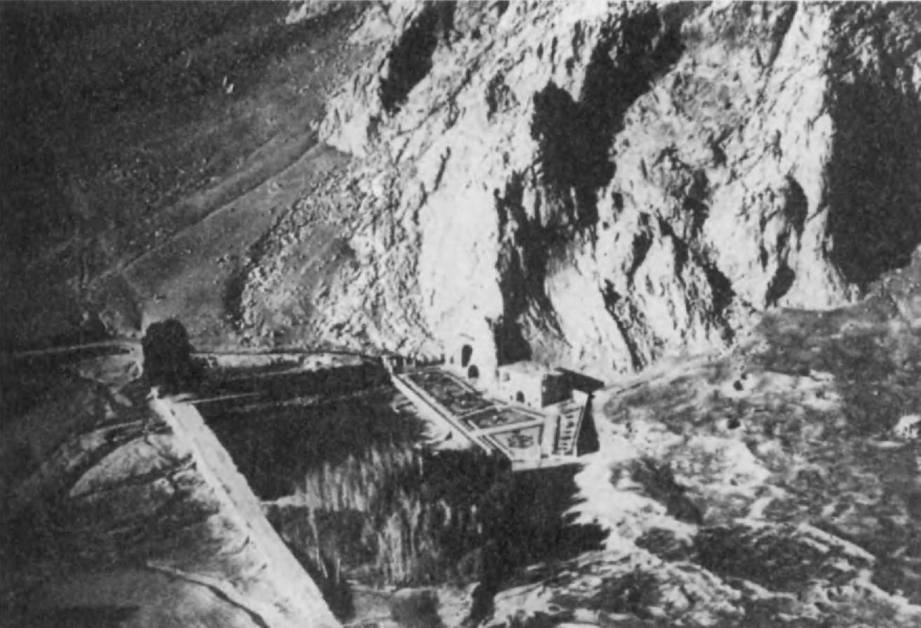 9.Так-и Бустан, близ Керманшаха. В этом гроте на сасанидских рельефах можно видеть всадников в доспехах — предшественников европейских рыцарей позднейшего времени.