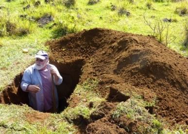 Оливер Чедвик берет образцы для почвенного анализа из одного из участков на острове Пасхи.