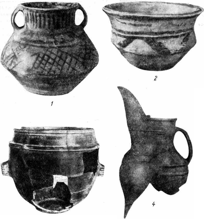 Рис. 2. Керамика китайского неолита. 1—2 — сосуды, найденные в Юндэнэ (провинция Ганьсу), относящиеся к культуре Яншао; 3—4 — сосуды, относящиеся к культуре Луншань.