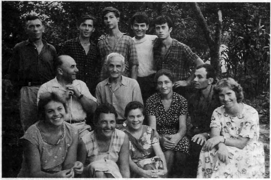 Рис. 2. Сержень-Юрт. Е.И. Крупнов среди участников экспедиции. 1963 г.