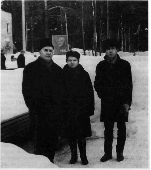 """Рис. 5. Санаторий """"Узкое"""", 1970 г. Е.И. Крупнов и В.М. Подгорнова-Крупнова. Рядом один из последних учеников М. Багаев."""