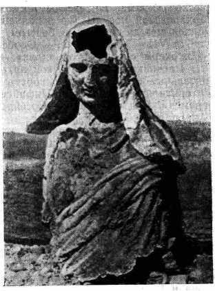 Рис. 12. Верхняя часть бронзовой статуи Деметры, найденная в море у берегов Малой Азии