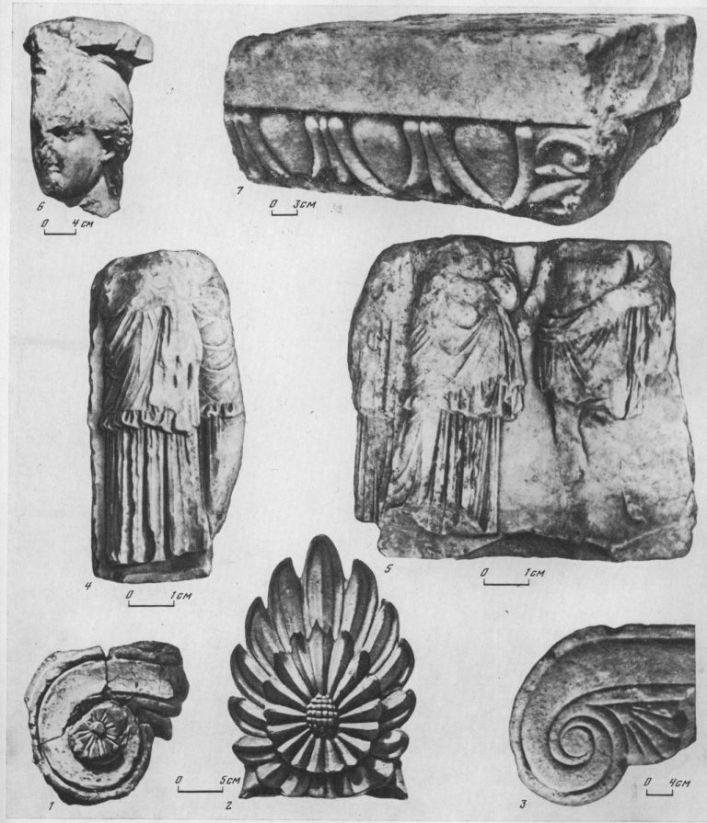 Таблица XCI. Архитектурные детали VI—II вв. до н. э. 1 — часть ионийской капители храма VI в. до н. э., Ольвия, терракота; 2 — акротерии из Нимфея VI в. до н. э., терракота; 3 — украшение алтаря VI в. до н. э., Пантикапей, мрамор; 4, 5 — мраморный фриз с изображением процессии, IV в. до н. э., Ольвия; 6 — капитель кариатиды из Херсонеса, IV в. до н. э., мрамор; 7 — часть капители пилястры из Фанагории, II в. до н. э., мрамор; Составитель М. М. Кобылина