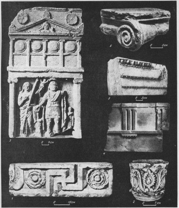 Таблица XCII. Архитектурные детали III и II вв. до н.э. J — рельеф с меандром II в. до н. э., мрамор, Пантикапей; 2 — полихромная капитель богатого дома в Пантикапее, II в. до н. э., известняк; 3 — надгробная плита из Пантикапея, II—I вв. до н. э., известняк; 4 — часть дорийского антаблемента из Пантикапея, II в. до н. э., известняк; 5 — часть ионийского архитрава, III в. до н. э. Херсонес; 6—капитель из Фанагории, III в. до н. э., известняк. Составитель М. М. Кобылина
