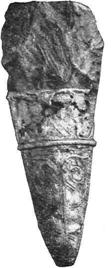 Неолитический наконечник копья из культурного слоя Новгорода Великого, использованный как амулет в XIV в. (по М.В. Седовой).