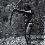 Рис. 14.8. Индеец иши охотится с помощью лука и стрелы. Изучение стрельбы из лука (Поуп, 1923) и технологических процессов (Кребер, 1965) имело важное значение для археологии