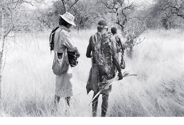 Рис. 14.4. Группа археологов и антропологов фиксирует детали успешной охоты охотников-собирателей хэзда на севере Танзании. Данные подобных исследований представляют большую ценность при интерпретации археологического материала о доисторических охотниках-собирателях