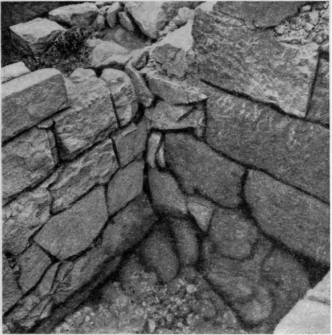 Рис. 57. Стена № 27 V в. до н. э. (справа) и стена № 18 IV—III в. до н. э.
